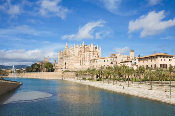 Palma de Mallorca; view over water feature; towars the cathedral La Seu