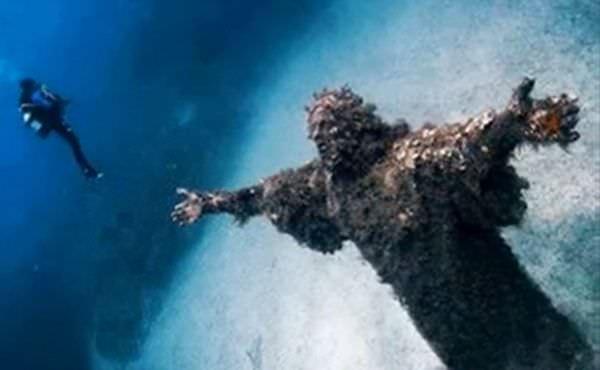 statuia-lui-isus-locuri-parasite-lume