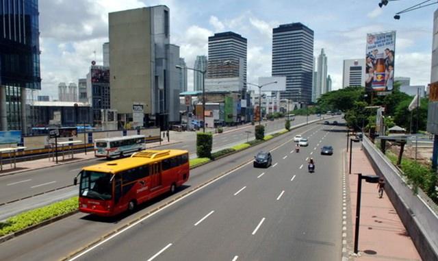Sejumlah kendaraan melintas di kawasan Jalan MH Thamrin, Jakarta, yang terlihat lengang, Jumat (21/3)