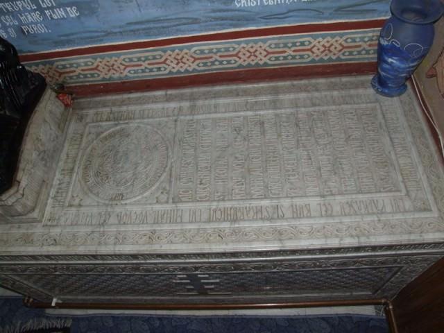 800px-2006_12300463_manastirea_dealu_sarcofag_radu_voda_2
