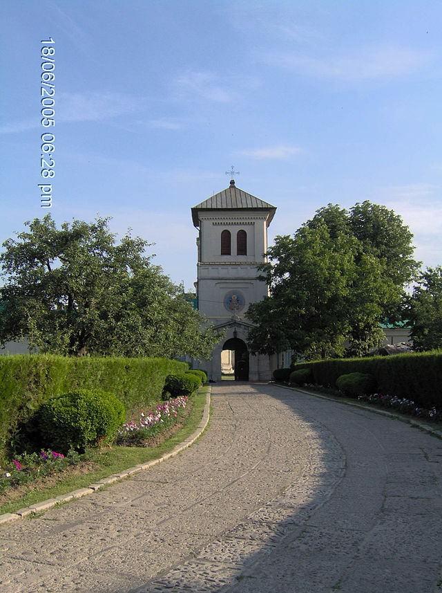 Turnul_de_la_intrarea_in_curtea_Manastirii_Dealu