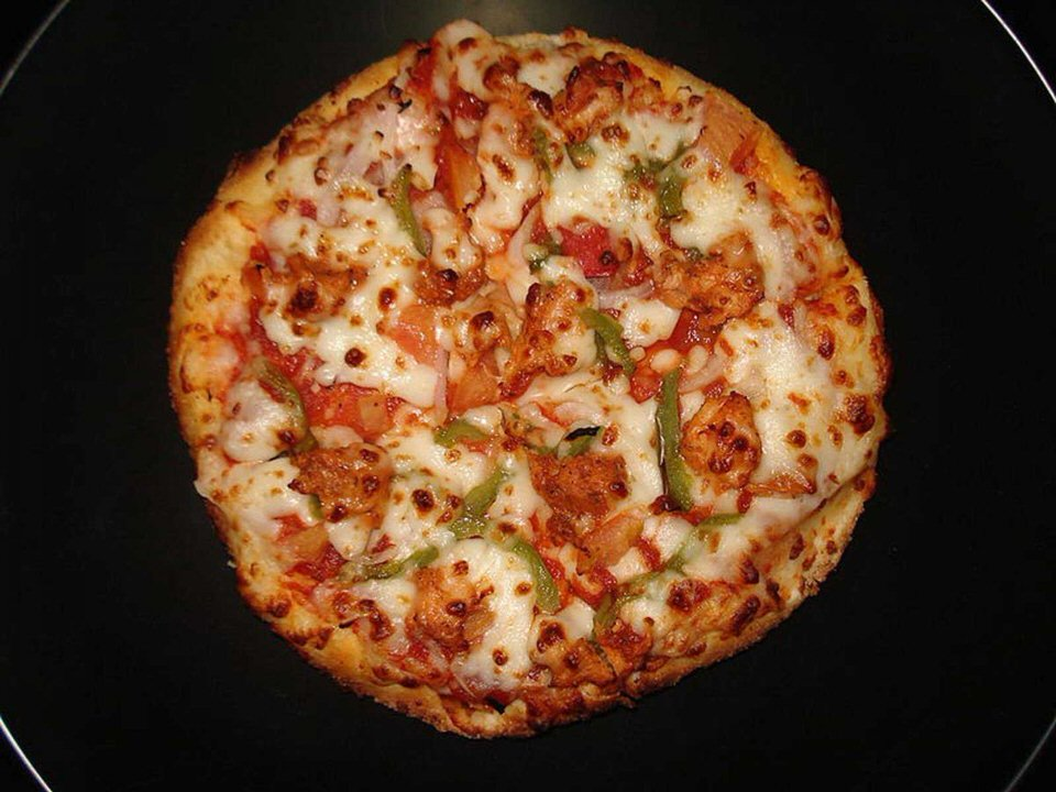 in-pakistan-chicken-tikka-chicken-seasoned-in-chili-is-a-popular-topping-in-addition-to-sausage-based-pizzas