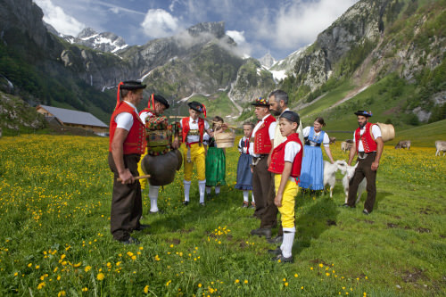 APPENZELL - Trachtenkinder und Sennen bei Jodelgesang ('Rugguusseli') nach der Alpauffahrt auf Seealp im Alpstein mit dem Saentis im Hintergrund. Children and Alpine herdsmen wearing traditional costume and yodelling ('Rugguusseli') after the traditional cattle procession to summer pastures to Seealp in Alpstein with the Saentis mountain in the background. Enfants en costume regional et bouviers jodlant ('Rugguusseli') apres la montee a l'alpage sur le Seealp dans l'Alpstein avec le Saentis a l'arriere-plan. Copyright by: Appenzellerland Tourismus AI By-Line: swiss-image.ch/Christof Sonderegger