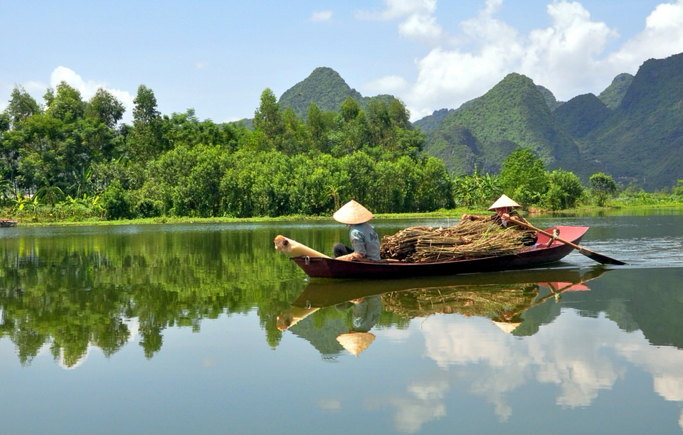 BoatWomen-of-Vietnam-dreamstime