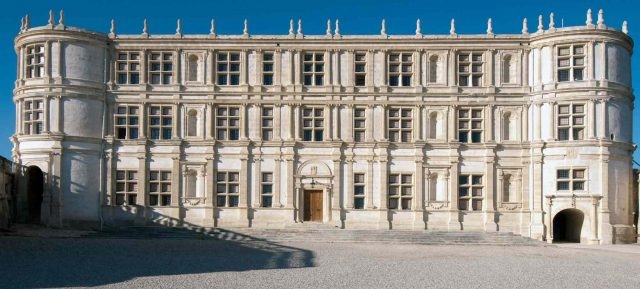 facade-chateau-grignan