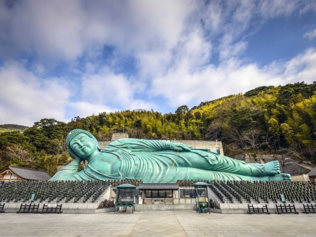the-reclining-buddha-of-the-nankin-temple-in-fukuoka-is-said-to-be-one-of-the-largest-bronze-buddhas-in-the-world