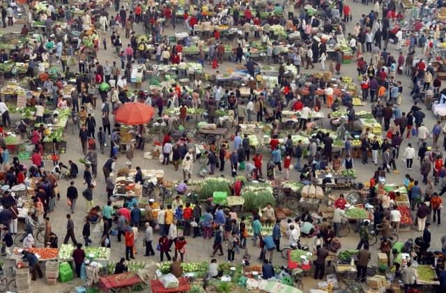 people-buy-vegetables-at-a-morning-market-in-beijing
