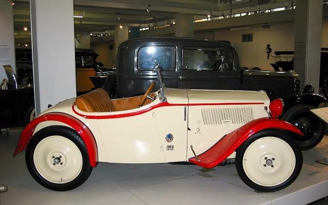Old-car-inside-Deutsches-Museum