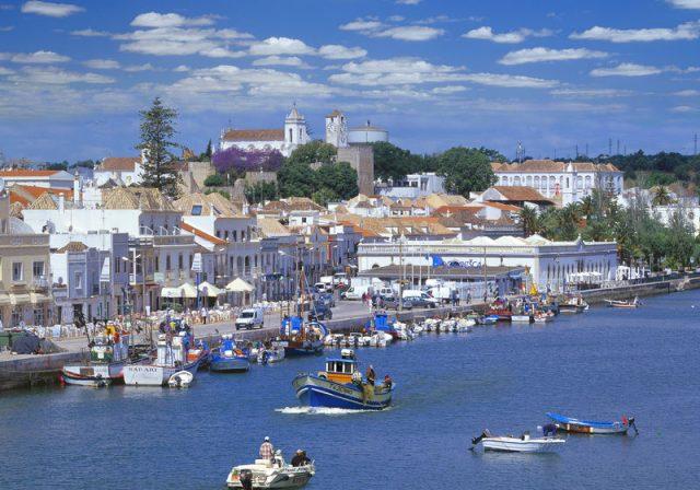 Fischerhafen am Rio Gilao mit Altstadt und Burghügel, Tavira, Algarve, Faro, Portugal